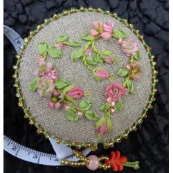Etui mètre ruban en lin aux roses